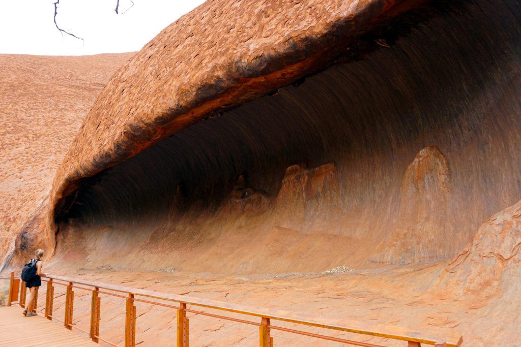 Mona vor einer Höhle des Uluru