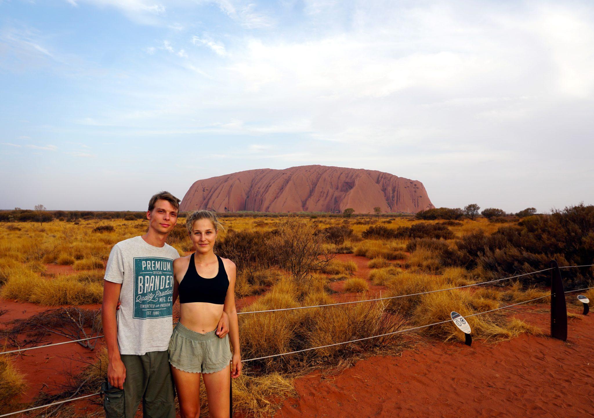 Foto von Marcel und Mona vorm Uluru im australischen Outback