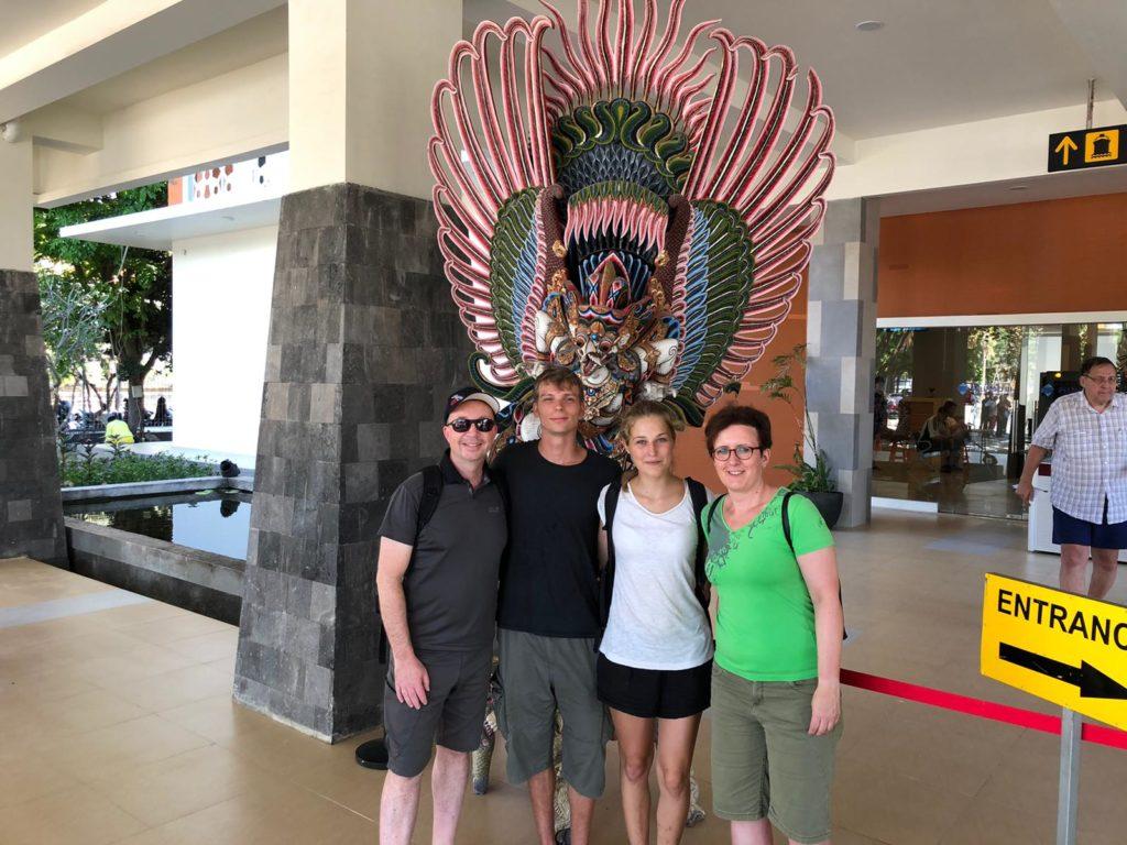 Foto von Christiane, Marco, Marcel & Mona im Hafen von Bali