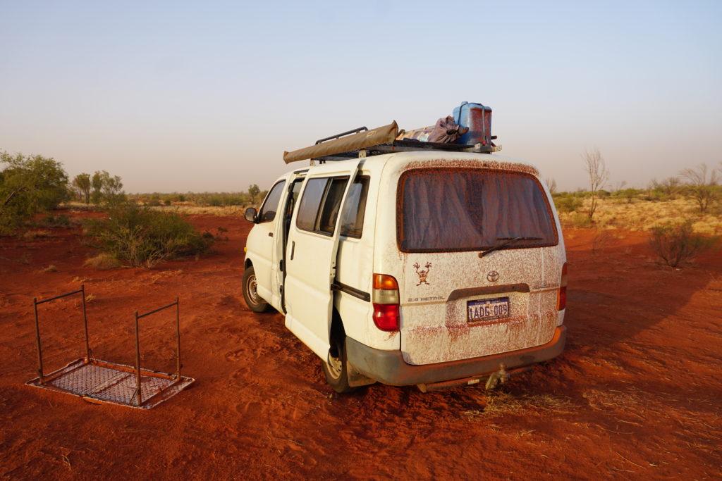 Campervan voller Sand nach einem nächtlichen Sturm im Outback Australiens