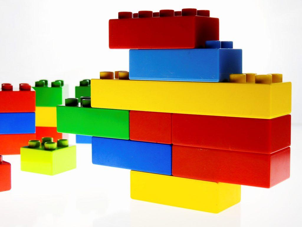 Bild von gestapelten Lego-Steinen.