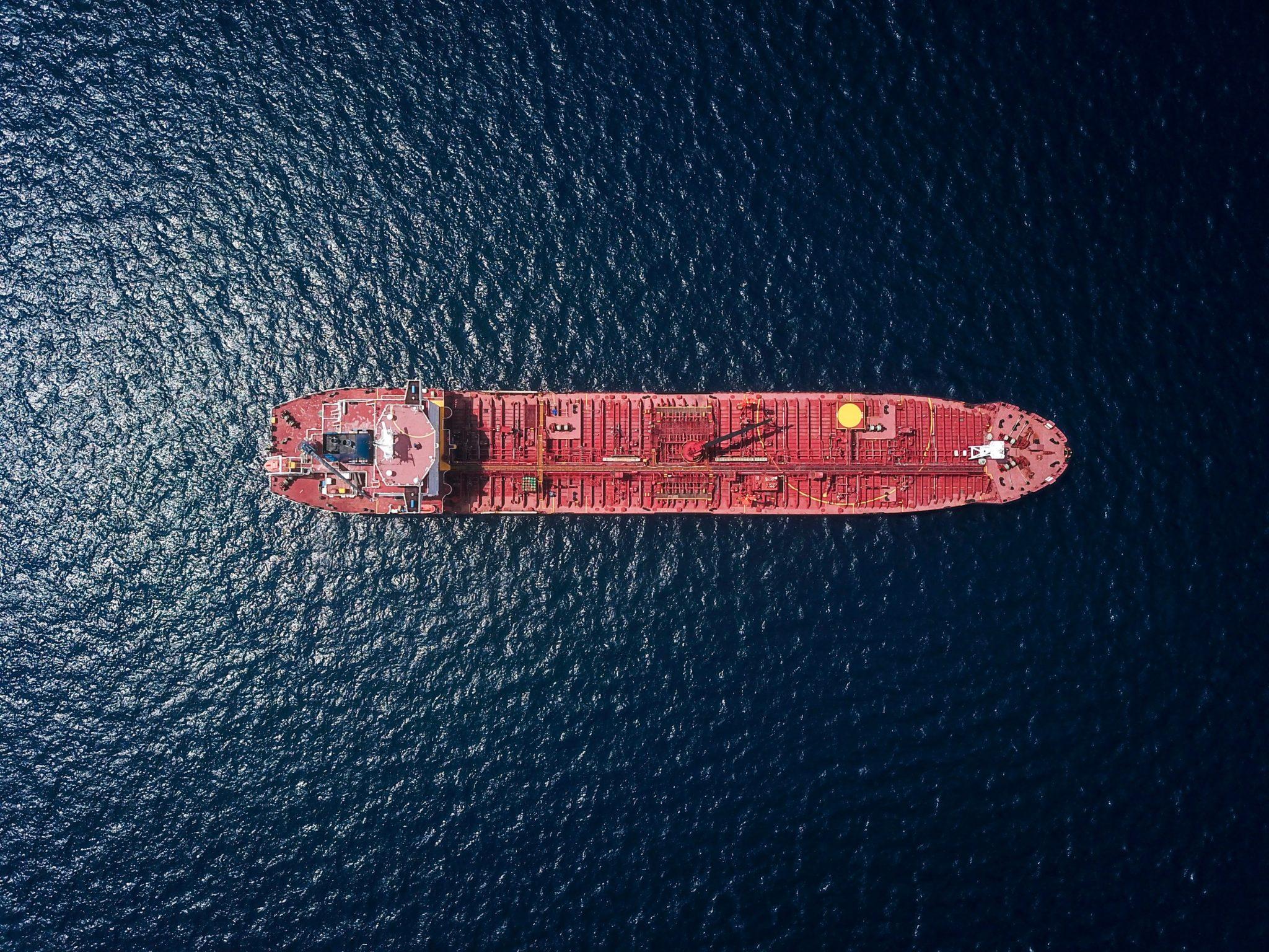Foto eines Schiffes auf dem Meer