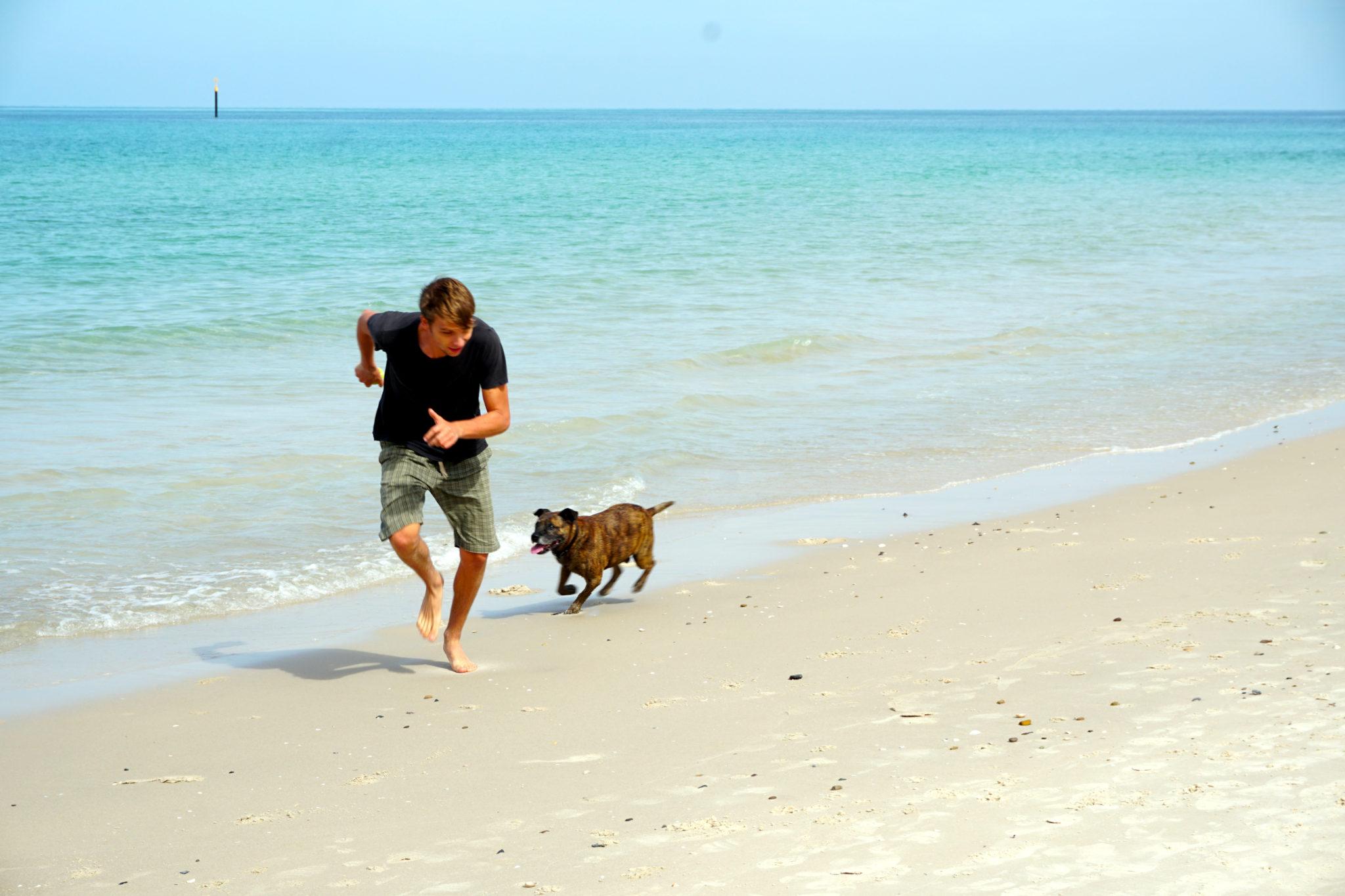Marcel rennt mit Buddy am Strand von Adelaide