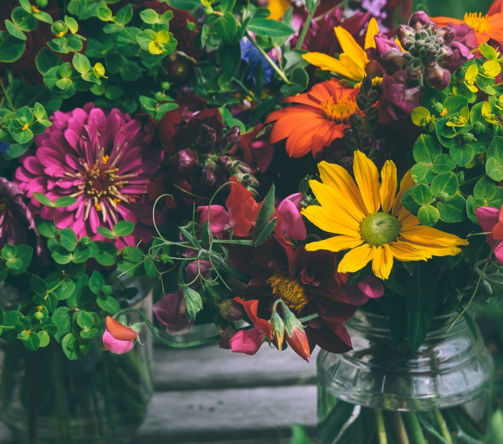 Zwei Sträuße bunter Blumen