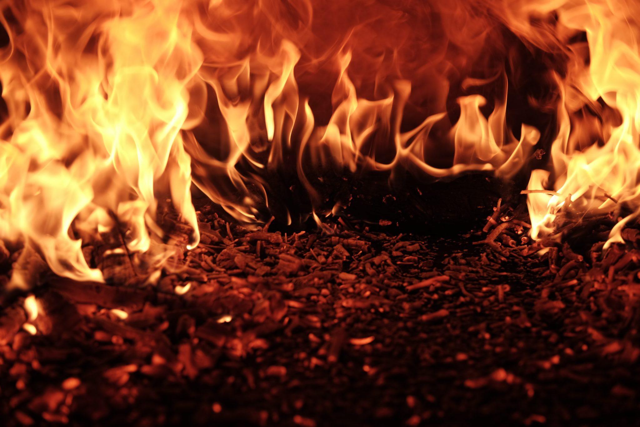 Flammen eines Bodenfeuers