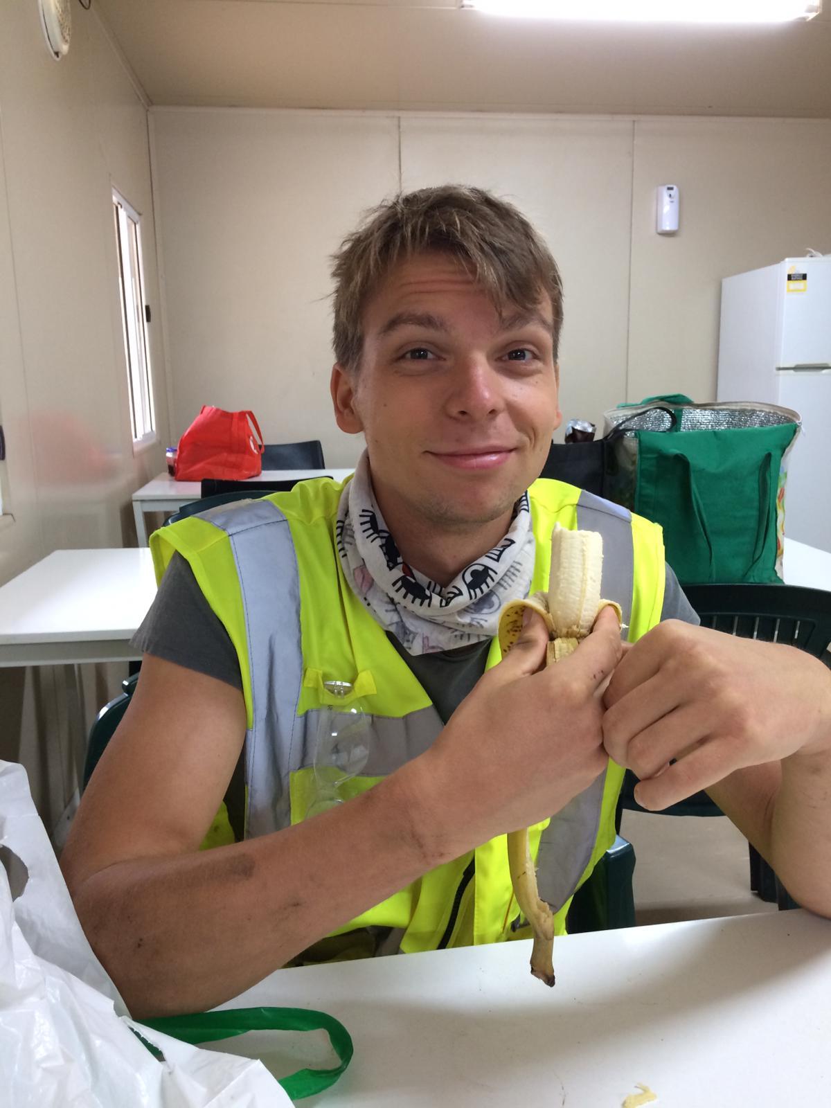Marcel mit Banane in dem Pausenraum von Parilla Premium Potatoes
