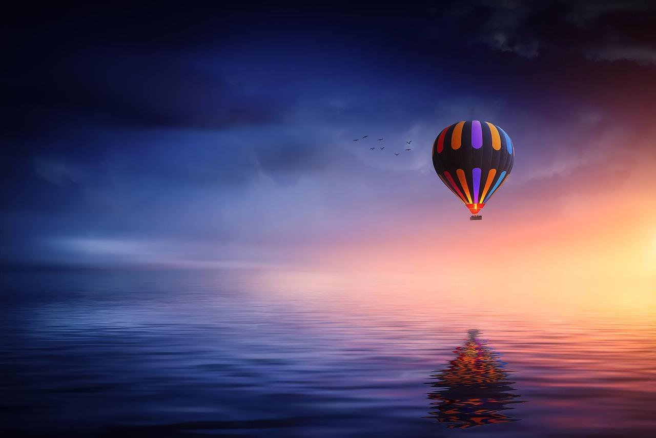 Traumartige Illustration: Heißluftballon über Meer
