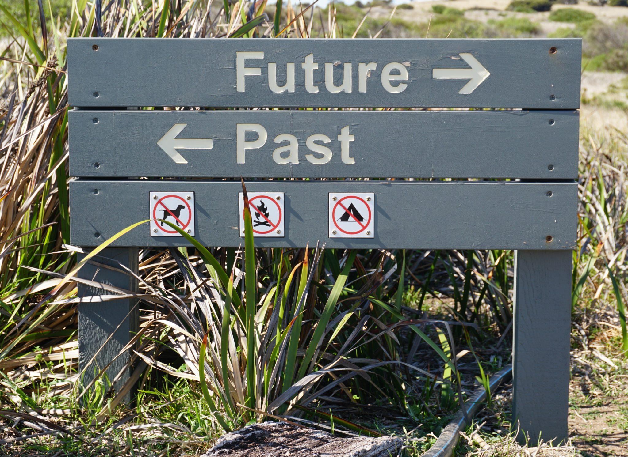 """Straßenschild auf Granite Island mit Aufschrift """"Future"""" und """"Past"""""""