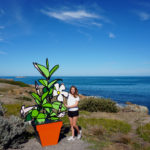 Mona neben großem Kunst-Blumentopf auf Granite Island