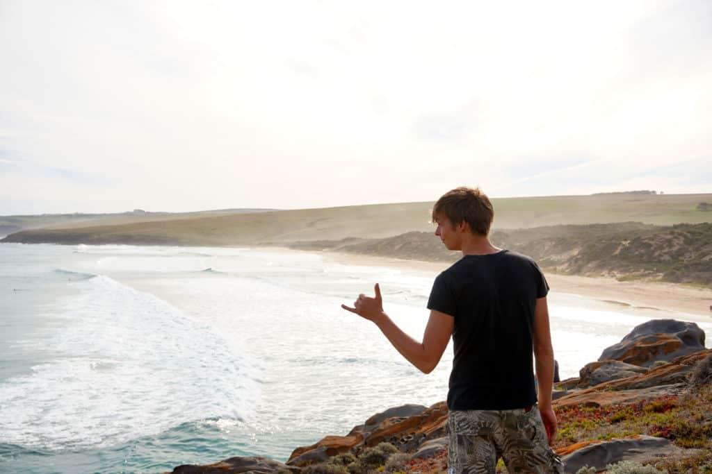 """Marcel mit """"Cool""""-Handzeichen vor dem Ozean nahe Adelaide"""