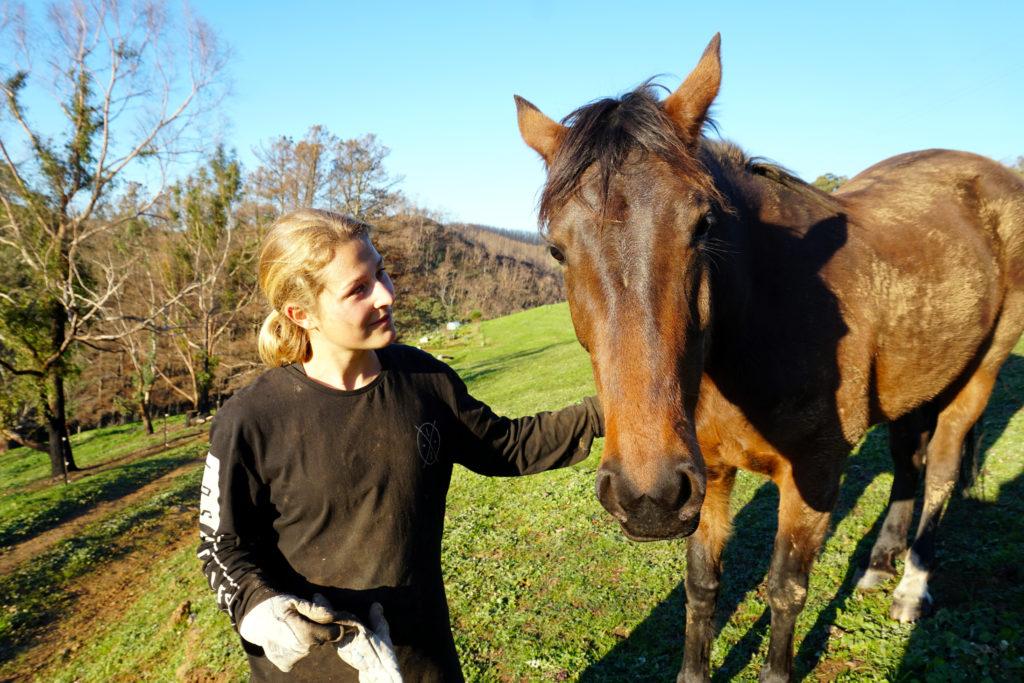 Mona mit Pferd in den Adelaide Hills