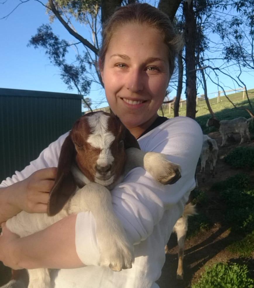 Mona mit Ziege während des Bushfire Recovery Work in Australien