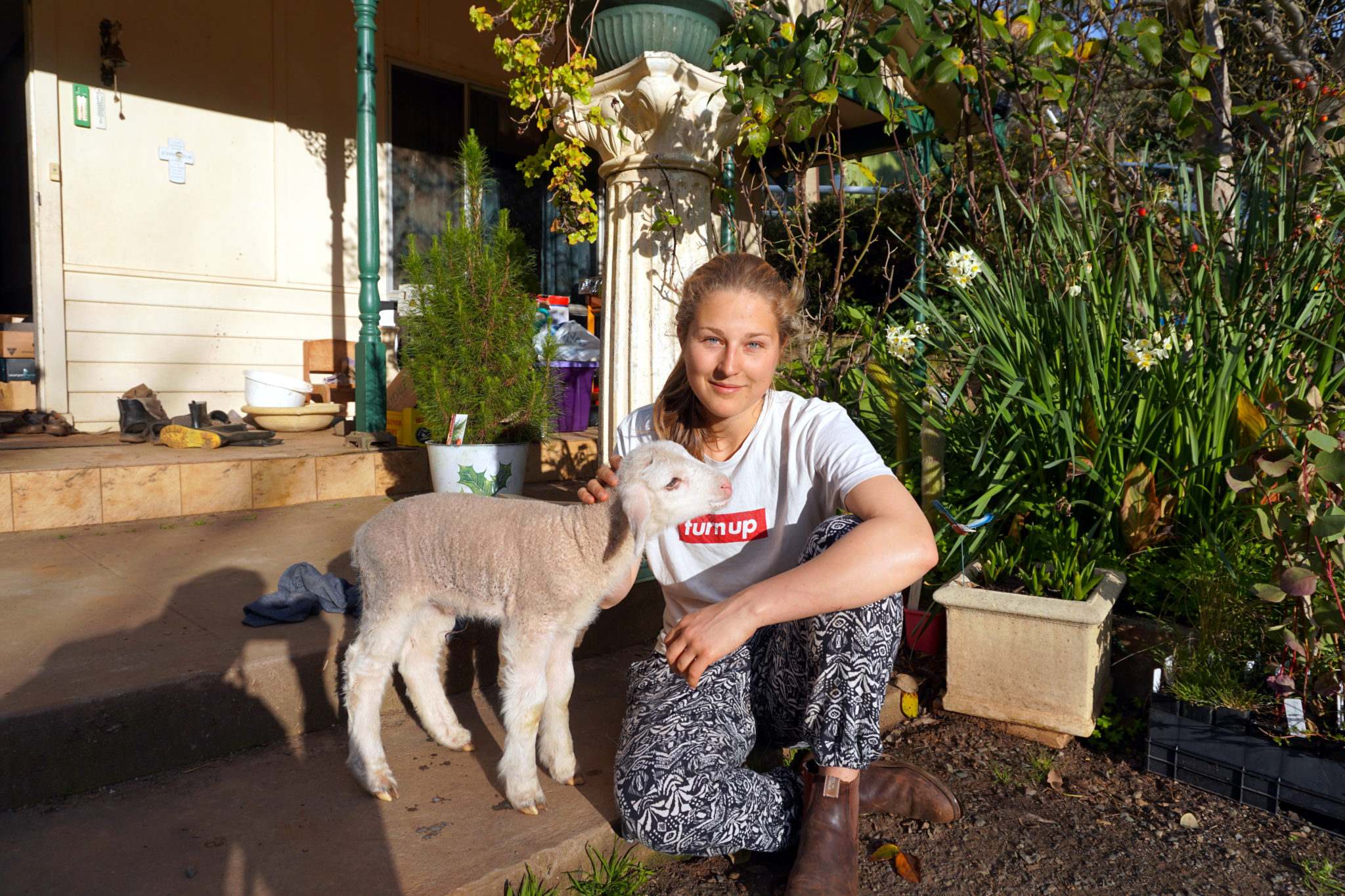 Mona mit Baby-Lamm