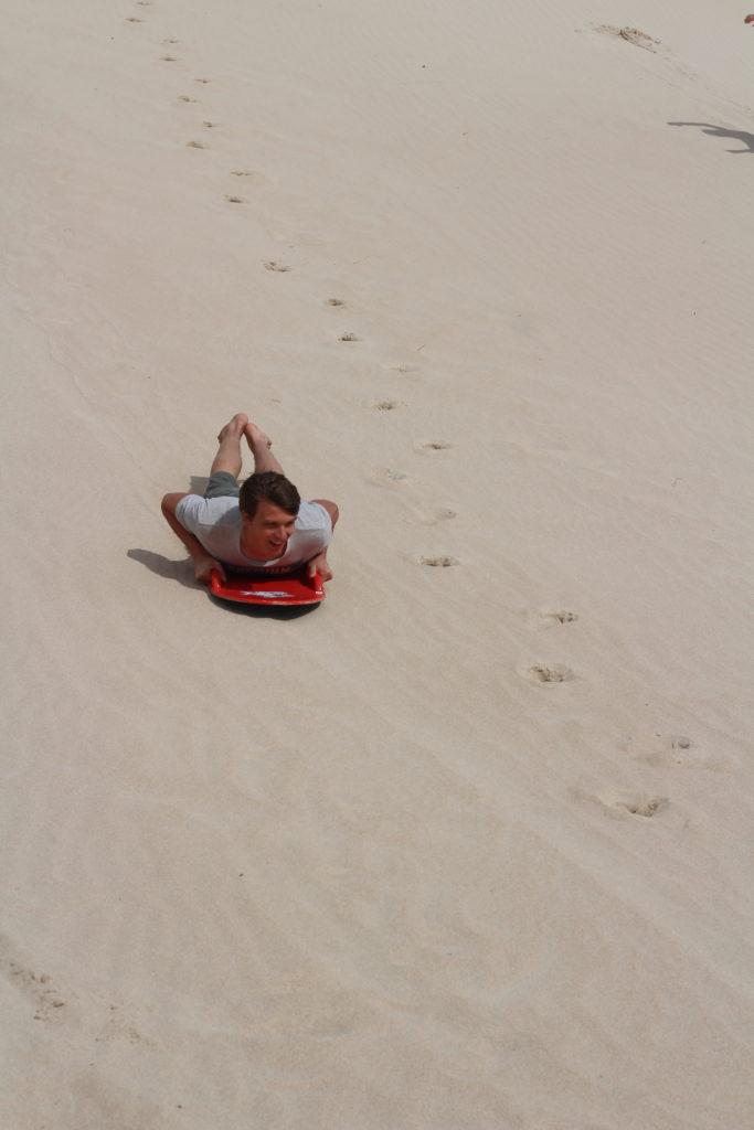 Marcel beim Sandboarding in der Little Sahara auf Kangaroo Island