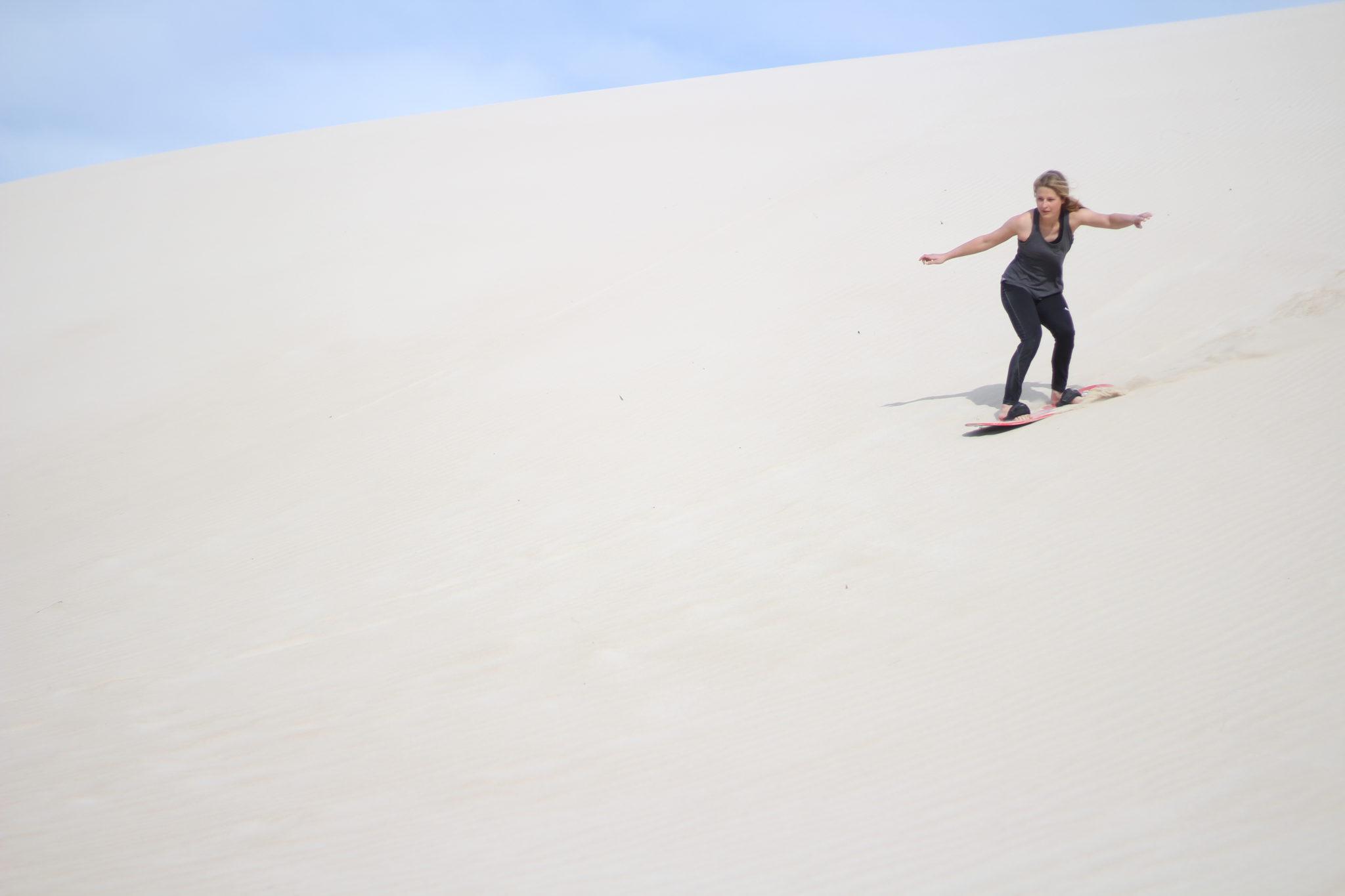 Mona beim Sandboarding in der Little Sahara auf Kangaroo Island