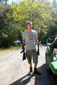 Marcel mit zwei Shotguns