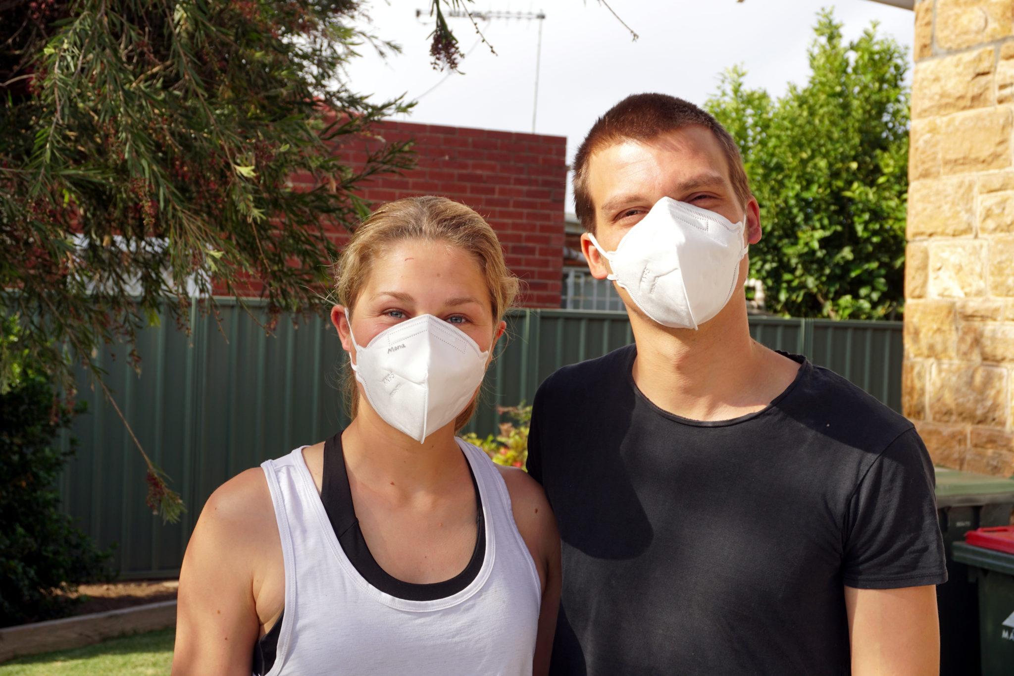 Marcel und Mona mit Corona-Maske