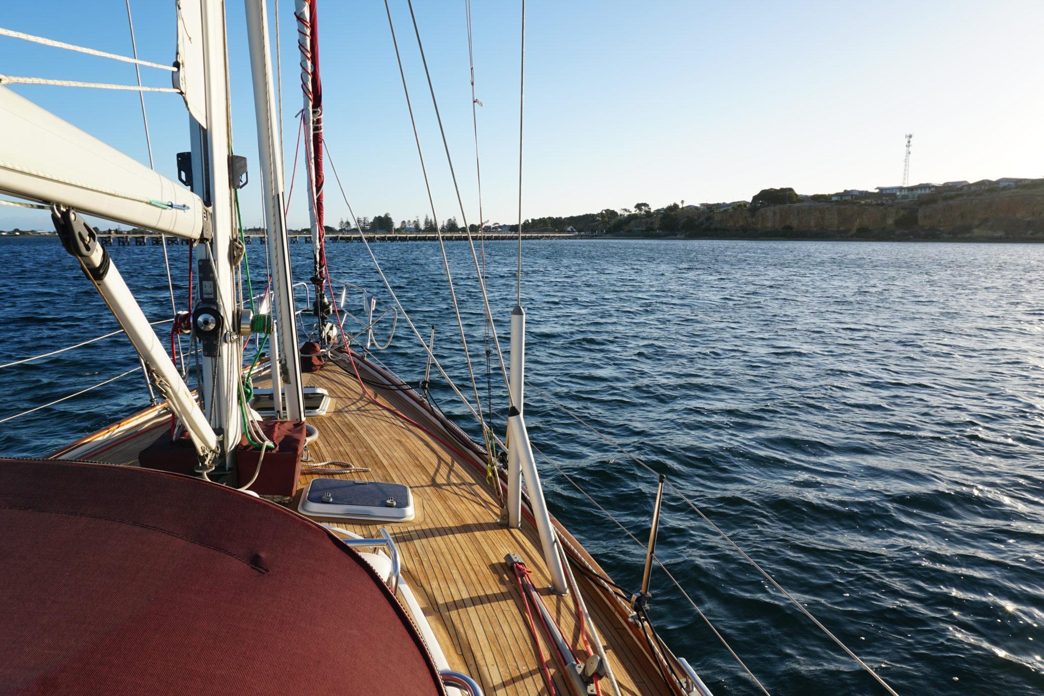 Steuerbord-Seite des Segelbootes Enya