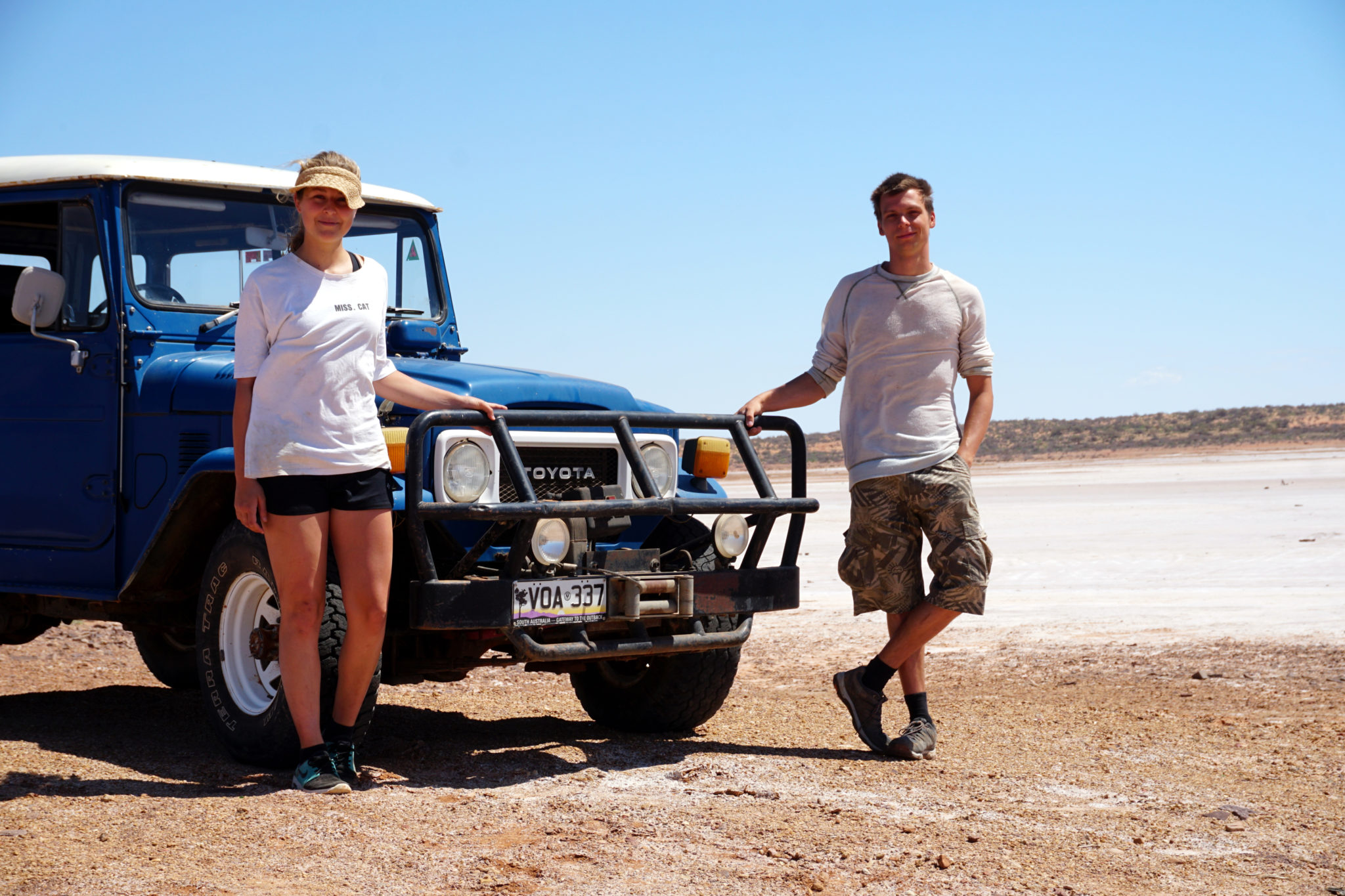 Marcel & Mona vor Jeep in Andamooka