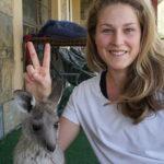 Mona zeigt Kangaroo-Baby Hasenohren