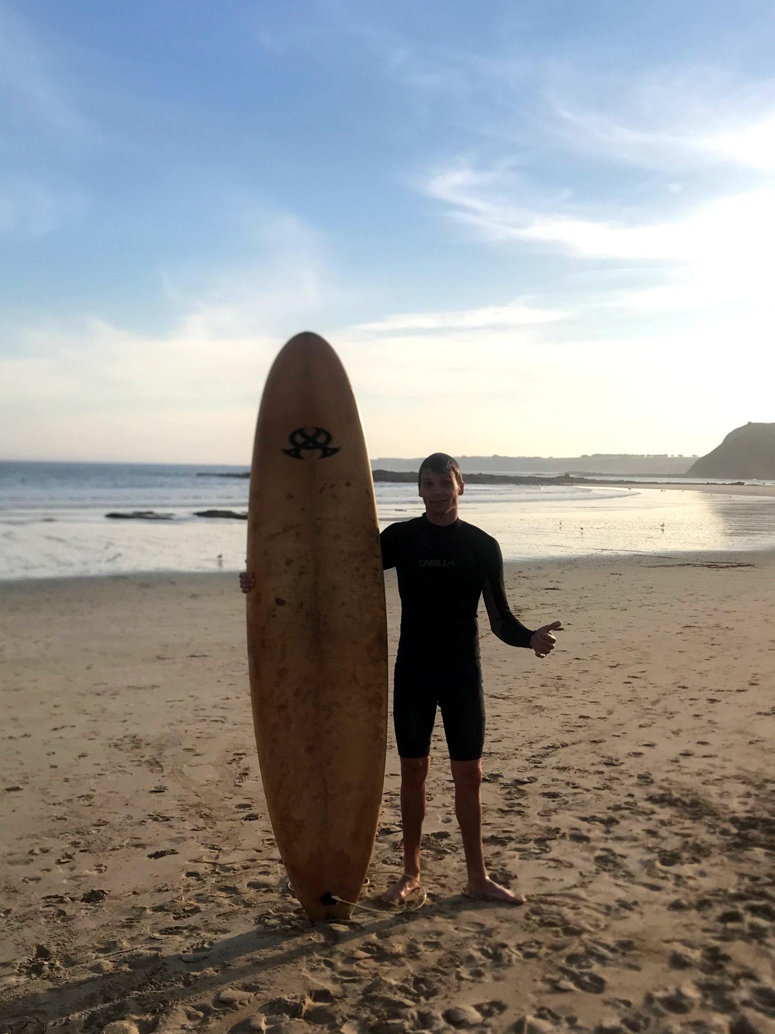 Marcel mit Surfboard