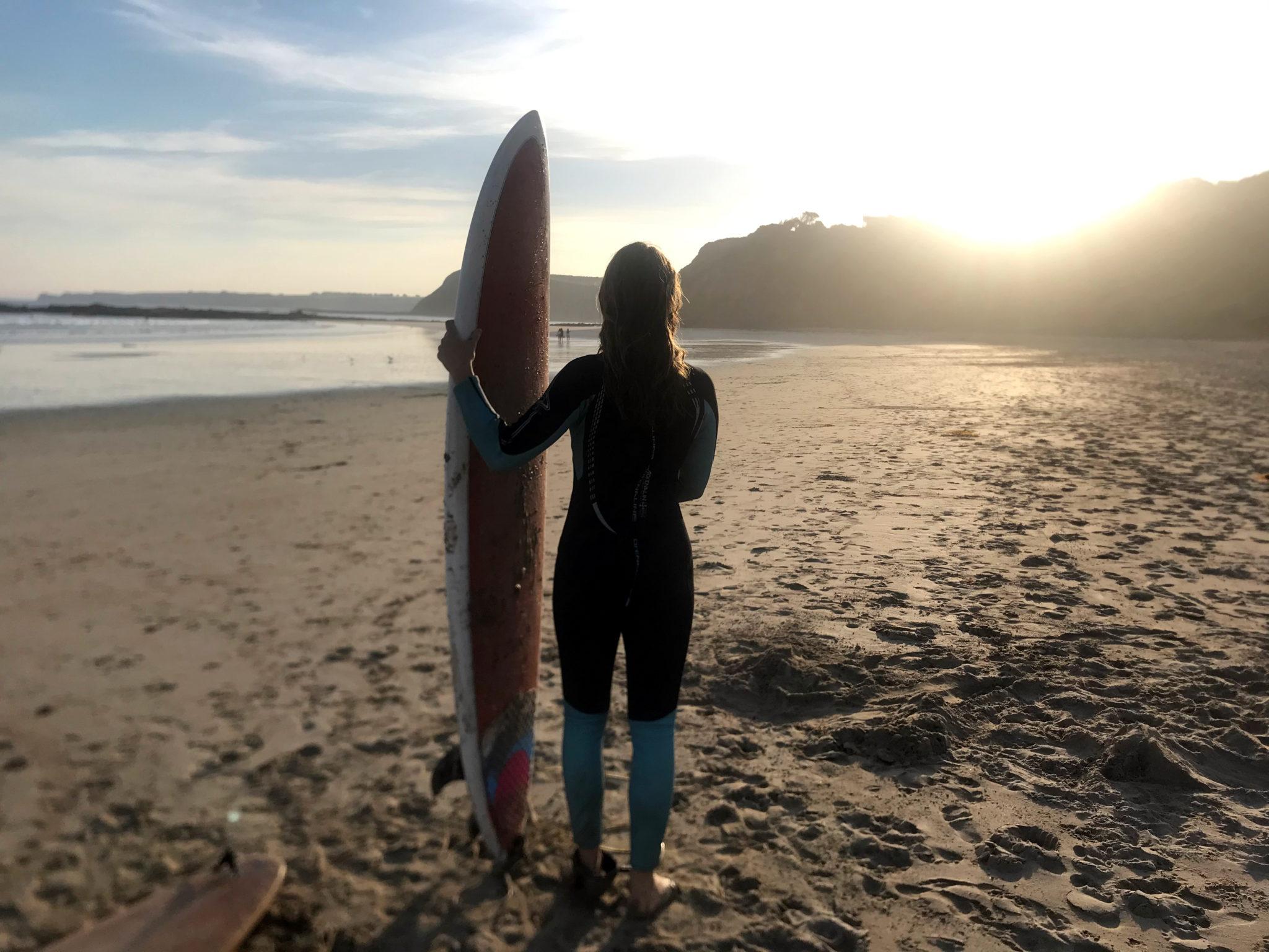 Mona mit Surfboard