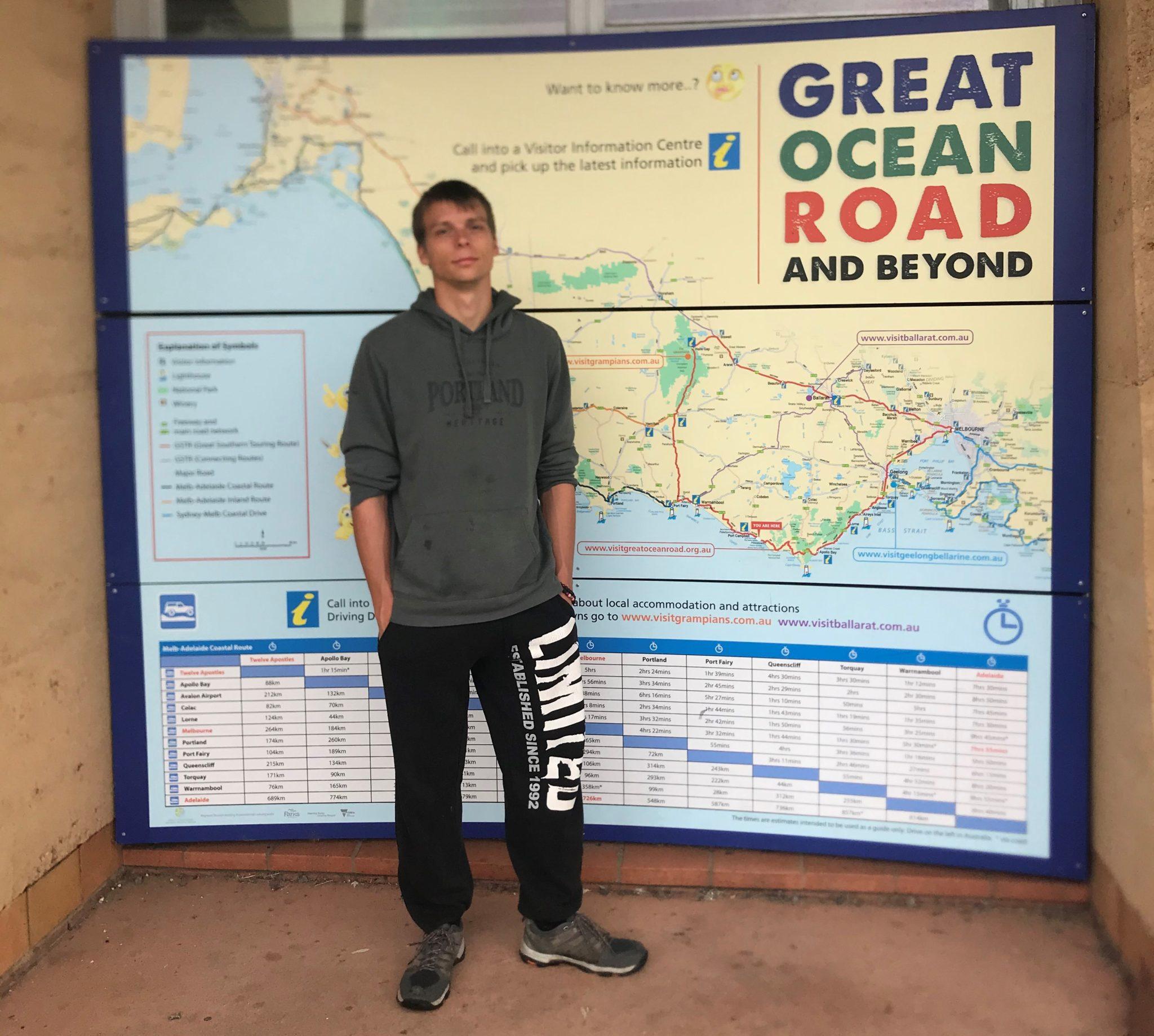 """Marcel vor einer Karte mit der Aufschrift """"Great Ocean Road:"""