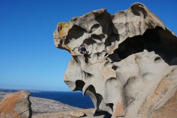 Marcel klettert bei den Remarkable Rocks im Flinders Chase Nationalpark